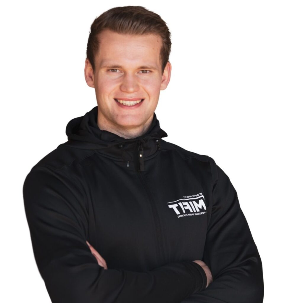 personal trainer mifit kai armen over elkaar