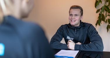 intakegesprek MIFIT personal trainer lachend
